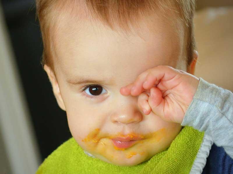 目を擦っている赤ちゃん