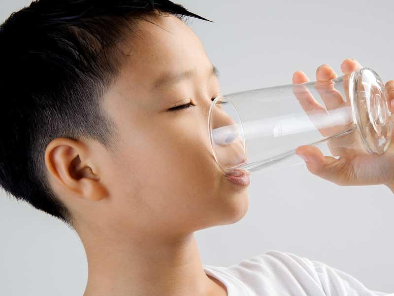 水を飲んでいる男の子