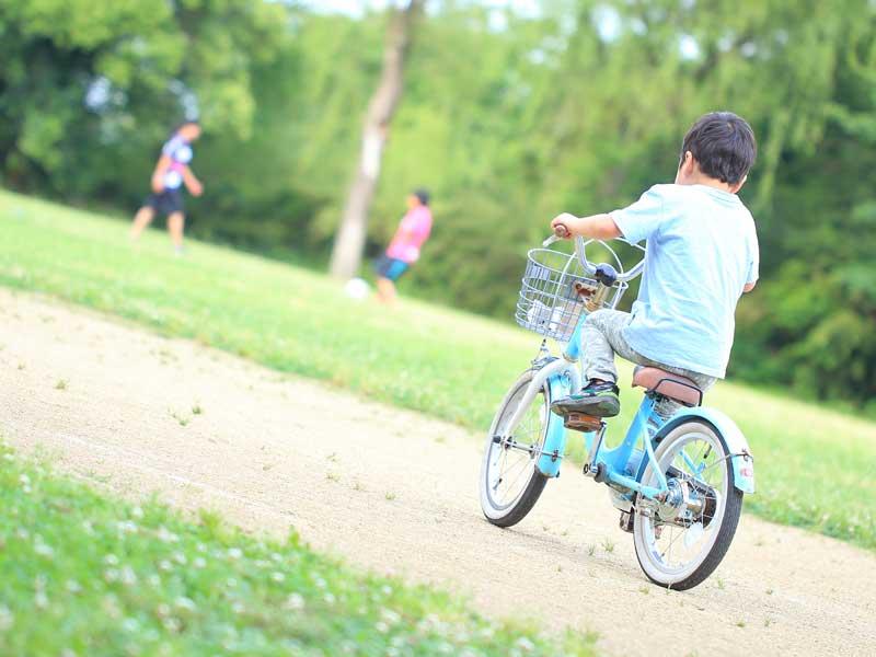 自転車に乗っている子供