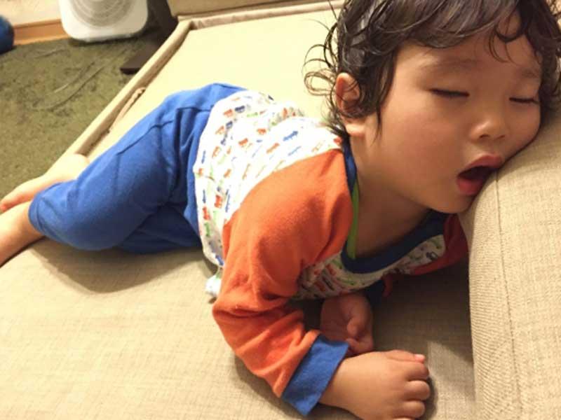 夏バテで寝ている子供