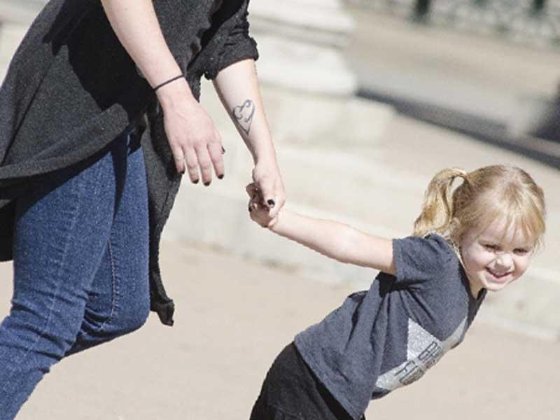 お母さんと手を繋いでいる子供