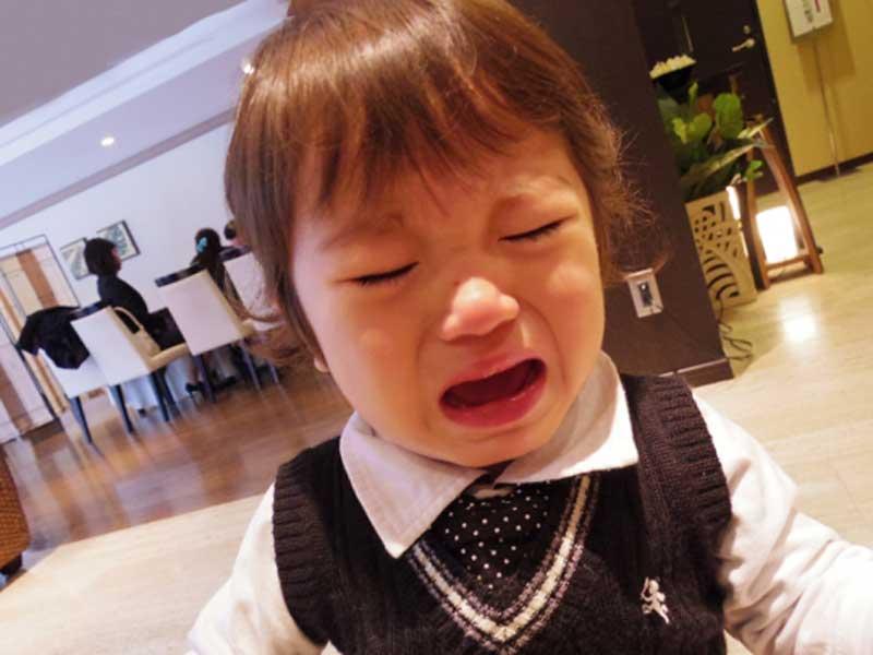 嫌がって泣いている子供