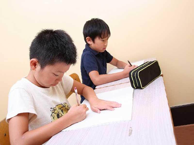 塾で勉強をしている子供達