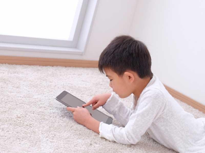 タブレットで遊んでいる子供