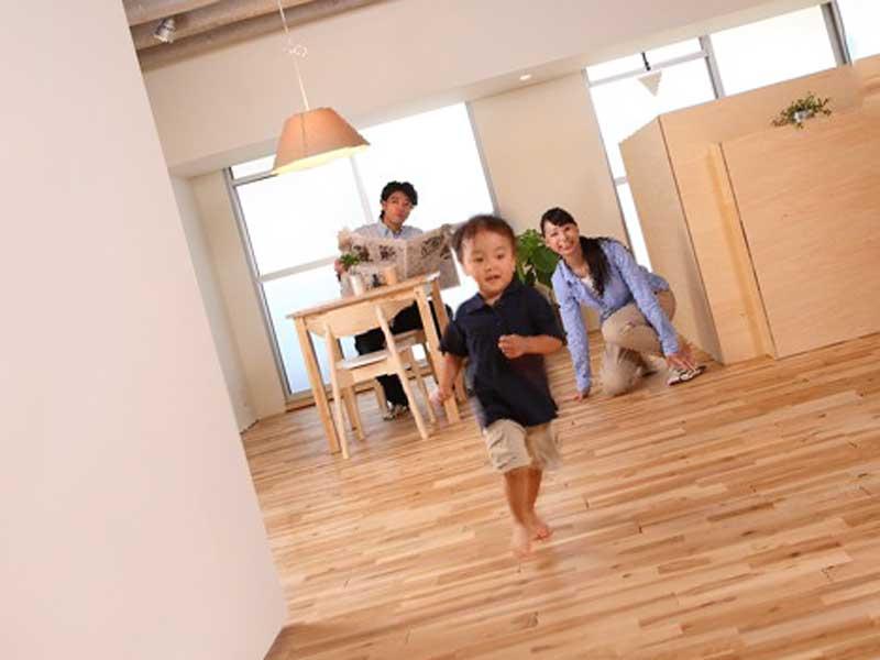 家で走り回る小さい子供