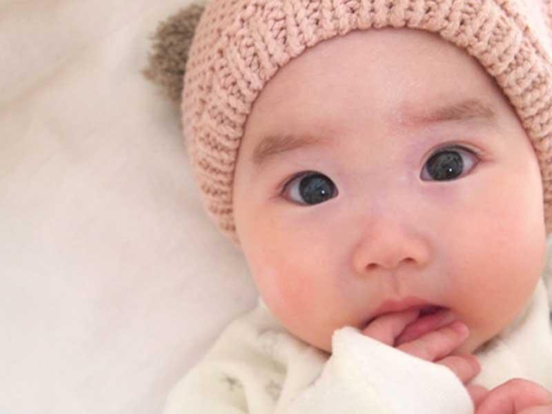 家で厚着をしている赤ちゃん