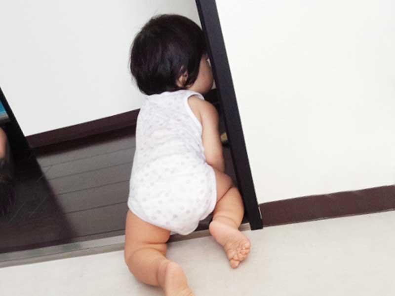 一人で遊んでいる赤ちゃん