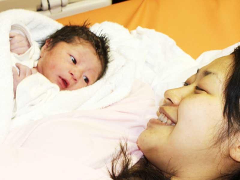 新生児と出産したばかりのお母さん