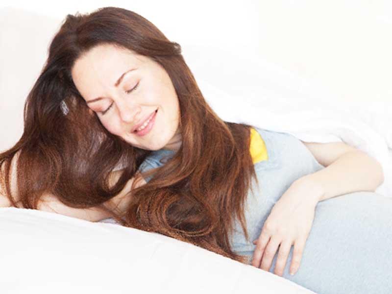 アロマの香を楽しんでいる妊婦さん