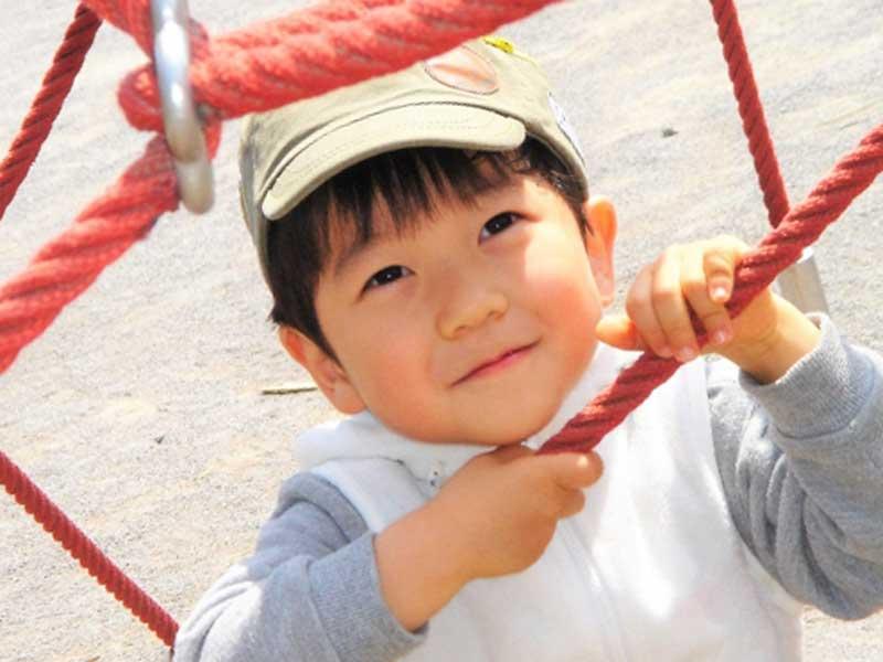 幼稚園で遊んでいる子供