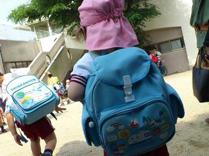 遠足に行く幼稚園の子供達