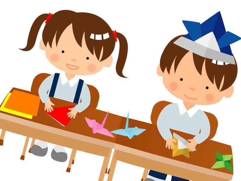 折り紙をしている幼稚園の子供達
