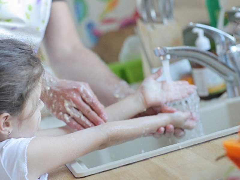 お父さんと手洗いをしている子供