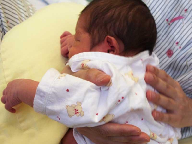 新生児にゲップをさせるお母さん