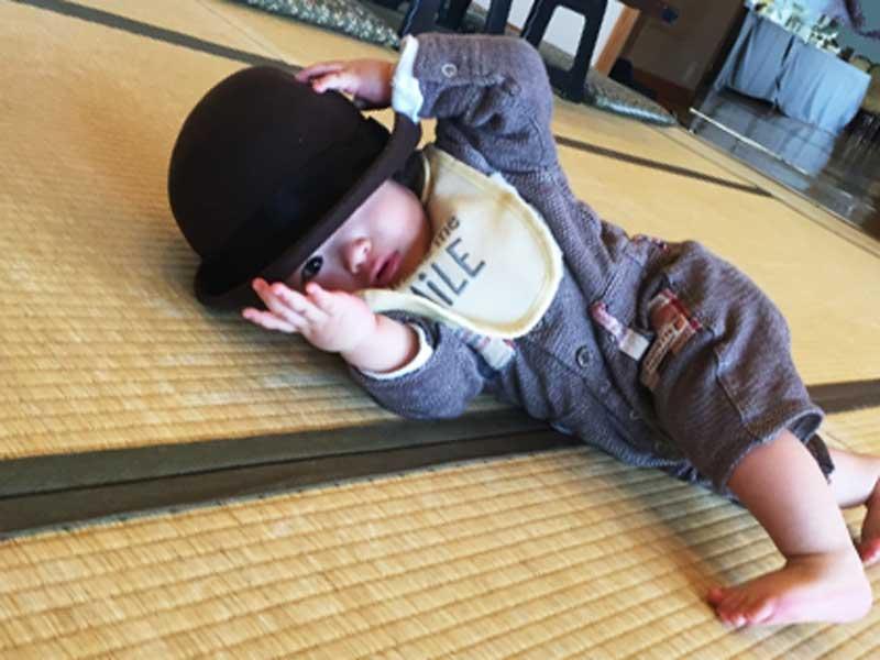 寝転がる小さい子供