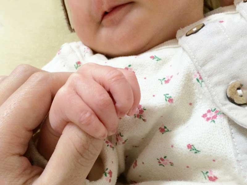 ママの手を握る赤ちゃん