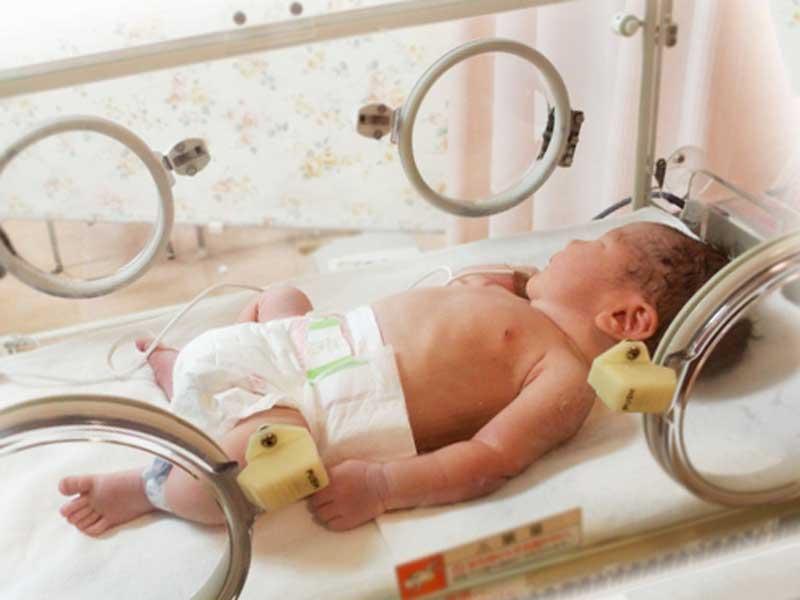 保育器の中で治療をされている赤ちゃん