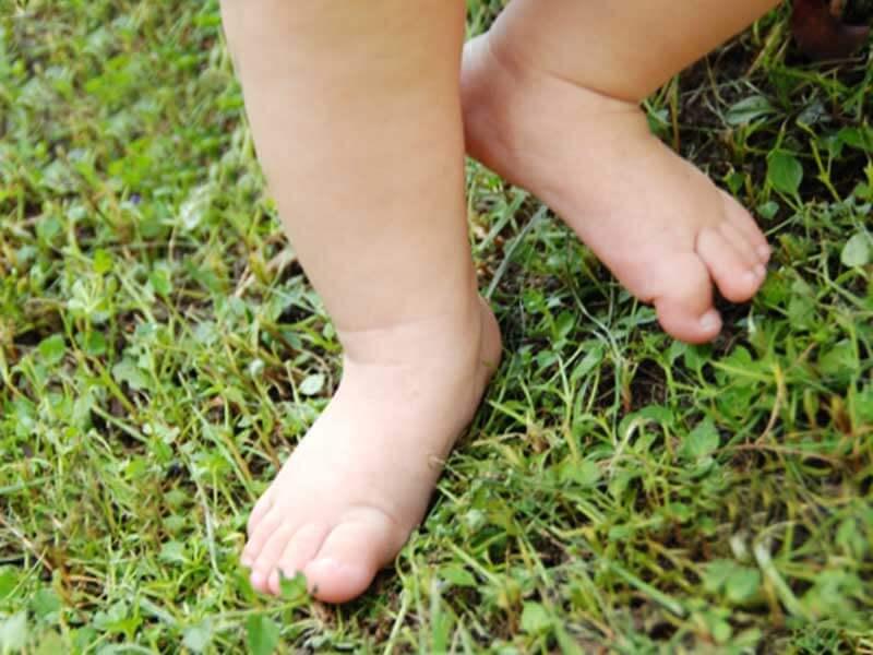 裸足で歩いている赤ちゃん