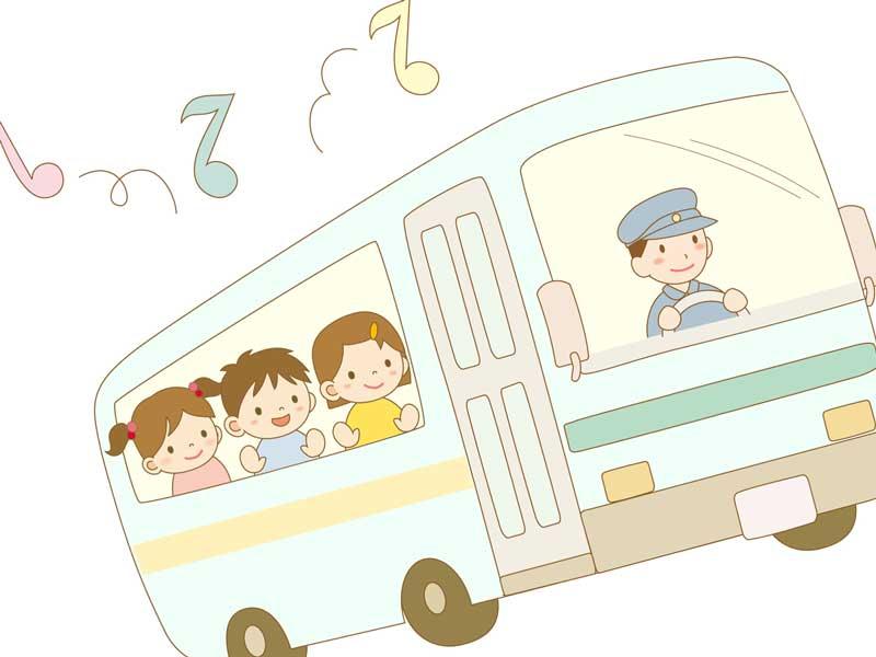 スクールバスに乗っている楽しそうな子供達のイラスト