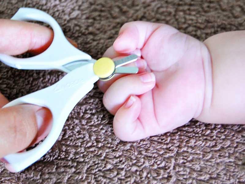 赤ちゃんの伸びた爪と赤ちゃん用爪切り