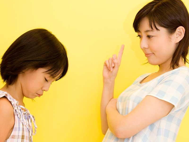小学生に勉強を指示する親