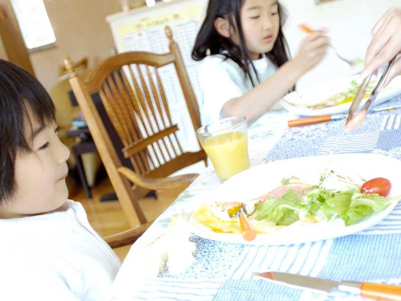 朝ごはんを食べる子供達