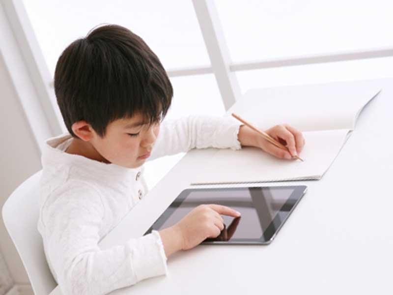 タブレットで勉強をしている小学生