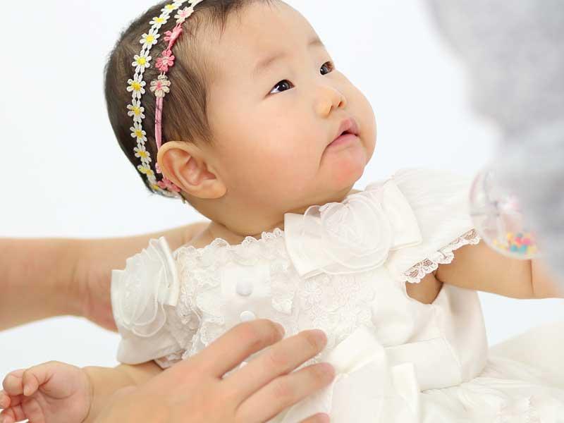 衣装を着てハーフバースデーの撮影をしている赤ちゃん