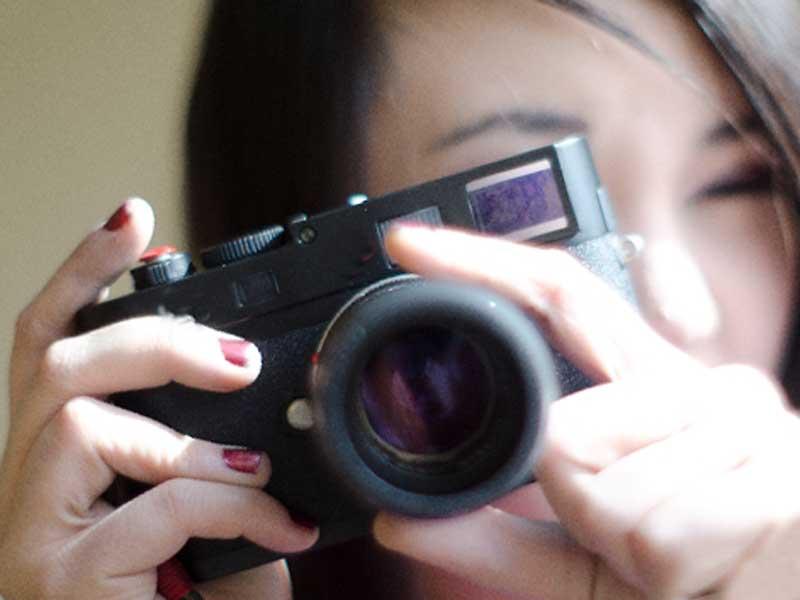 ハーフバースデーで赤ちゃんを撮影しているお母さん