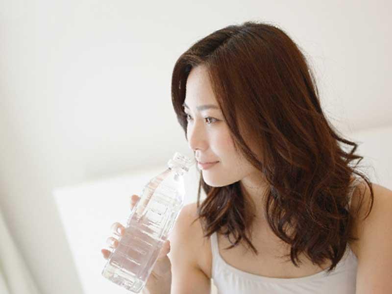 水を飲んでいるお母さん