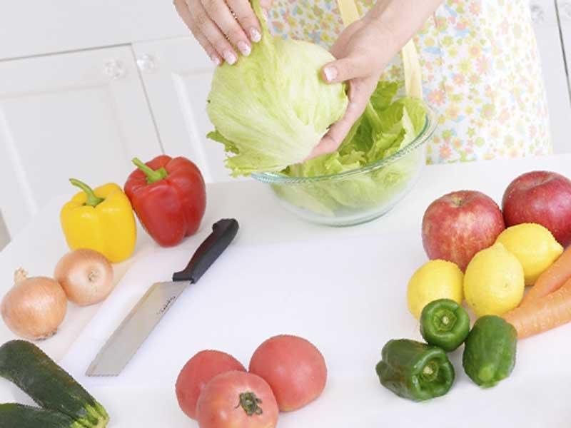野菜料理を作ろうとしているお母さん