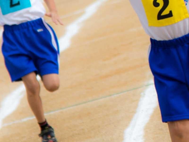 運動会で走る子供達