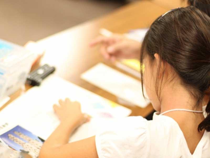 夏休みに自由研究をする小学生