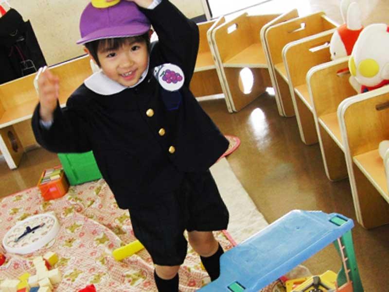 制服を着ている幼稚園生