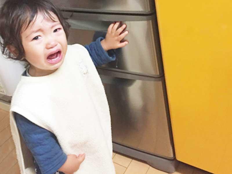 台所で大泣きする子供