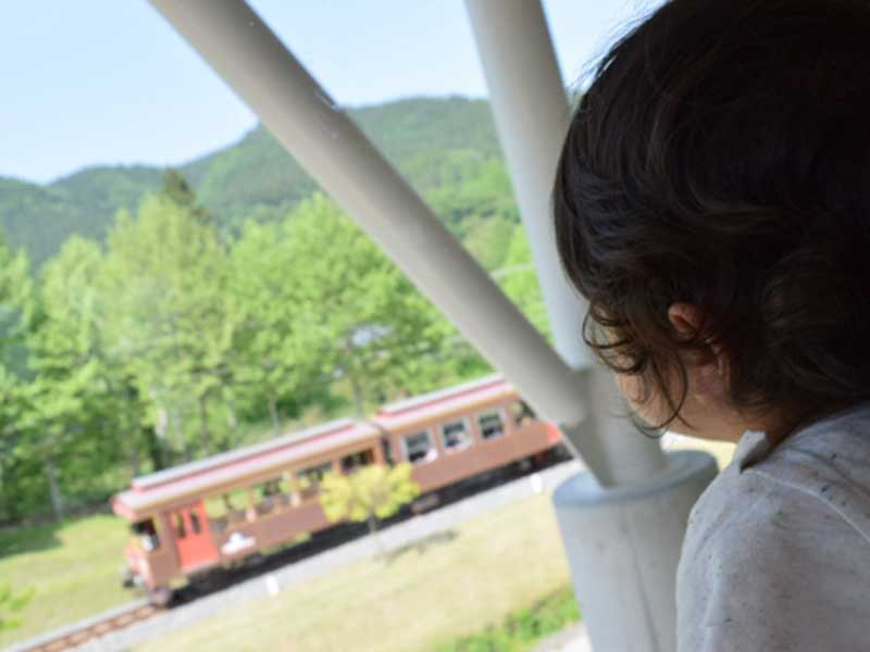 電車を見ている子供
