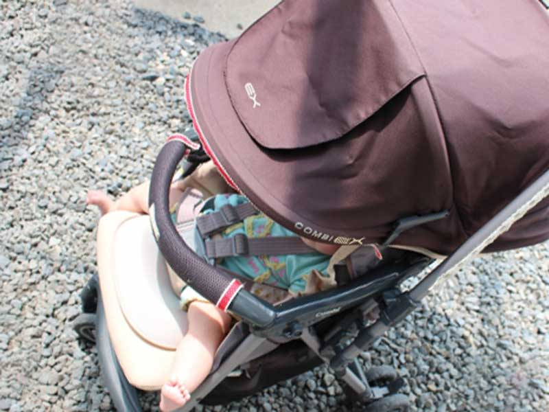 ベビーカーに乗ってお散歩する赤ちゃん