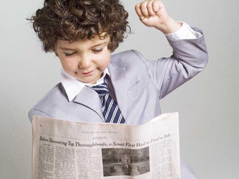 新聞を読んでいる子供