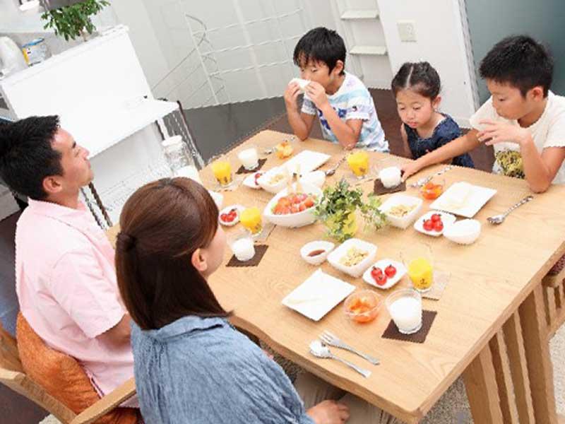 最近のニュースの話をしながらご飯を食べている家族