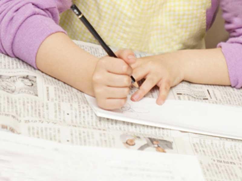 家族新聞を作っているママ