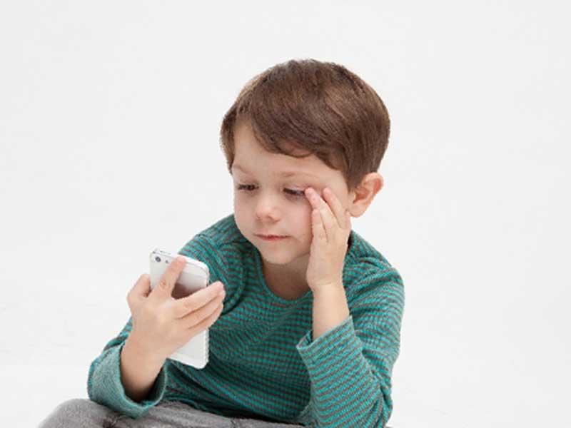 スマホのゲームアプリで遊んでいる子供