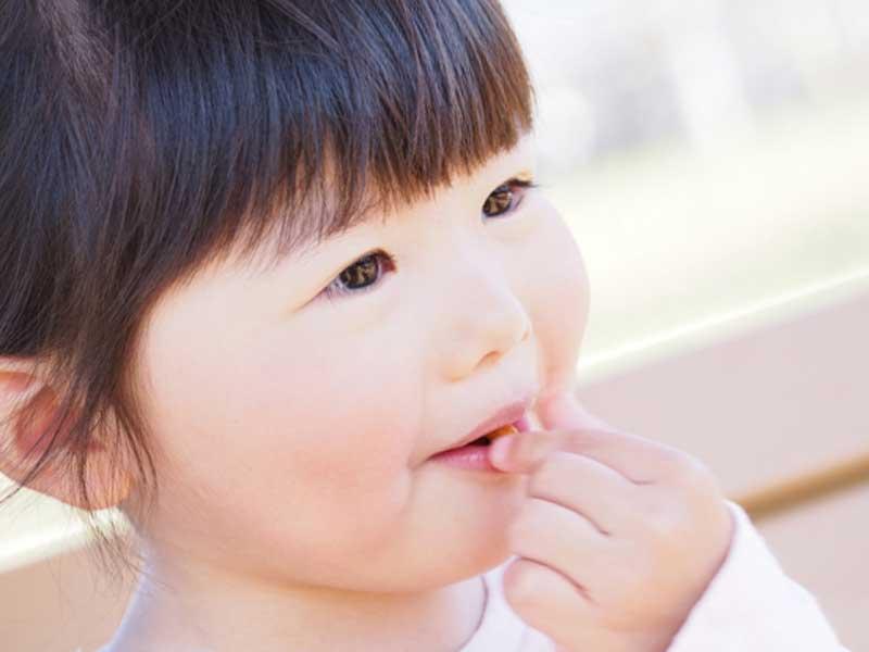 お菓子を食べている子供