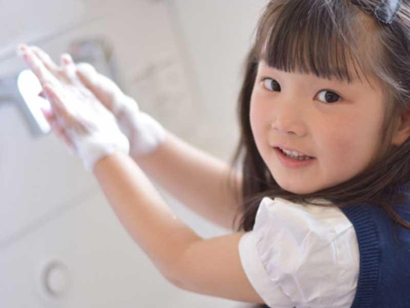 手を洗っている子供