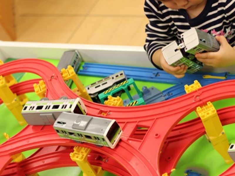 プラレールで遊んでいる子供