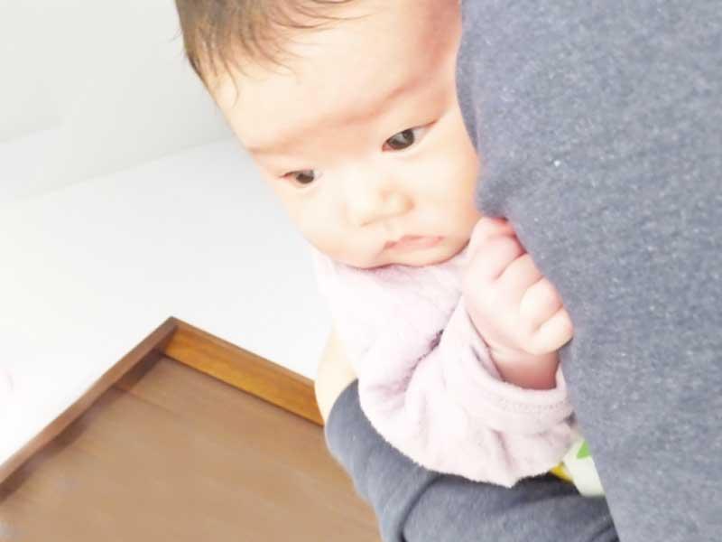 赤ちゃんを抱っこして寝かせるパパ