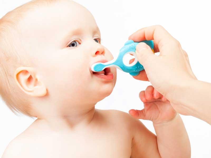 歯磨きをさせる赤ちゃん
