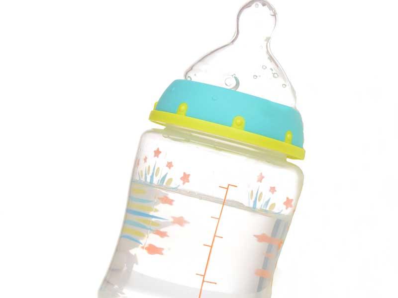 水が入っている哺乳瓶