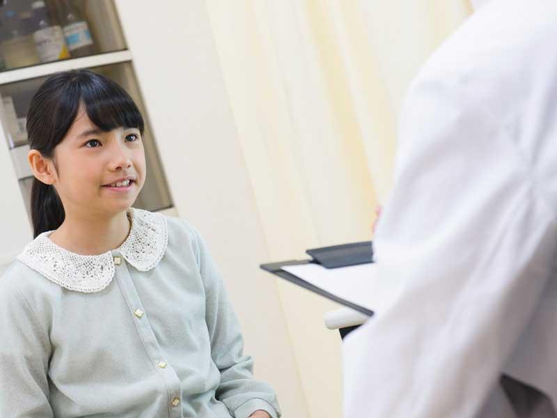 病院で検査する子供