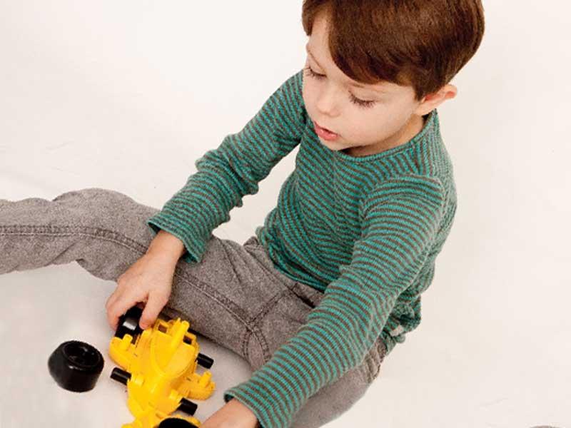 車のおもちゃで遊ぶ男の子