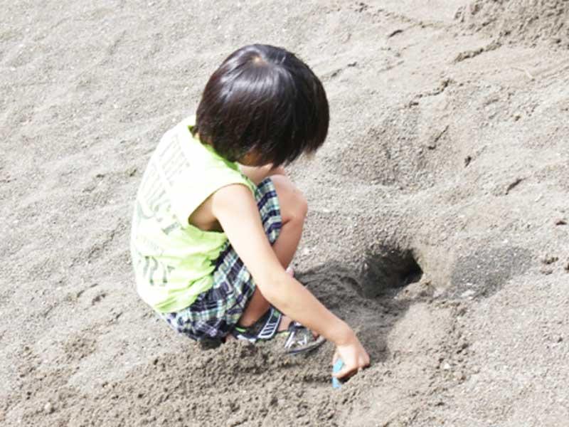砂で遊んでいる子供